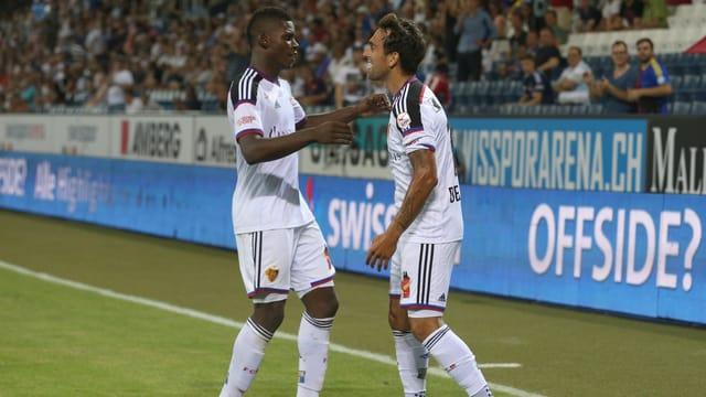 Embolo (l.) und Delgado freuen sich über das 3:1-Siegtor.