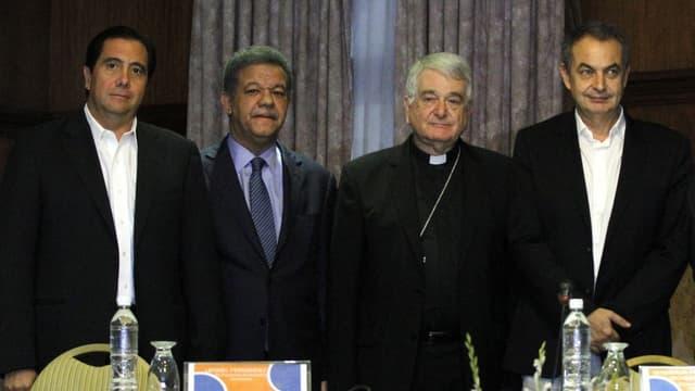 Die vier Männer stehen nebeneinander.