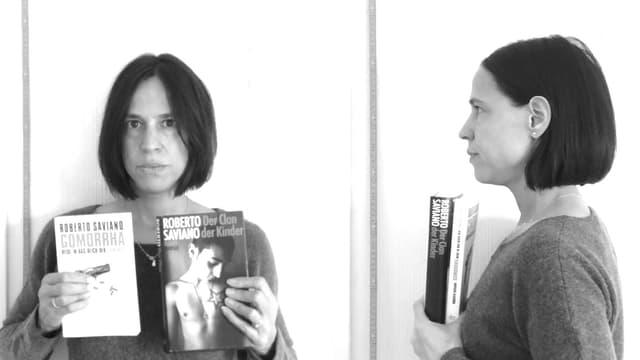 Annette König hält «Der Clan der Kinder» und «Gomorrha» in der Hand. Und sieht aus wie auf einem Inhaftierungsfoto