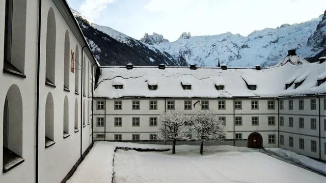 Aussenaufnahme des verschneiten Klosters Engelberg.