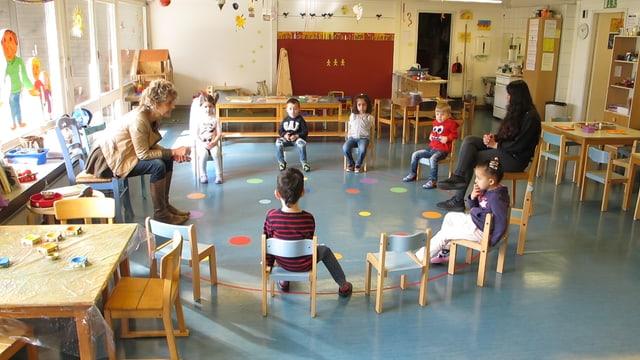 Kinder im Kindergarten sitzen im Kreis
