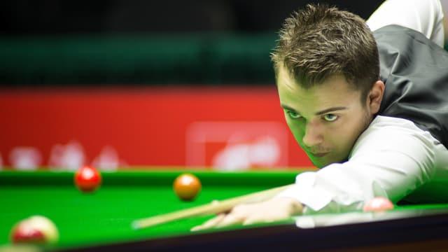 Alexander Ursenbacher am Snooker-Tisch.