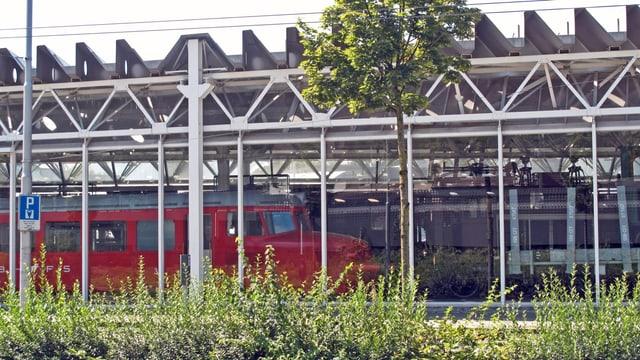 Die Schienenhalle des Verkehrshauses von aussen betrachtet.