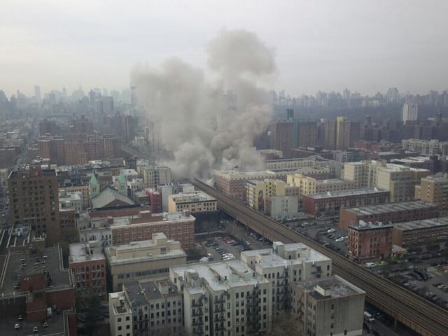 Vogelperspektive von Harlem, über einer Region steigt heller Rauch auf