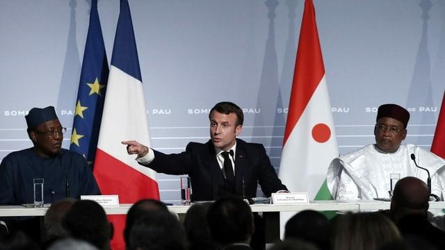 Der französische Präsident Emmanuel Macron flankiert vom nigerischen Präsidenten Mahamadou Issoufou (R) und dem tschadischen Präsidenten Idriss Deby spricht während einer Pressekonferenz im Rahmen des G5-Sahel-Gipfels über die Situation in der Sahelregion im Chateau de Pau in Pau
