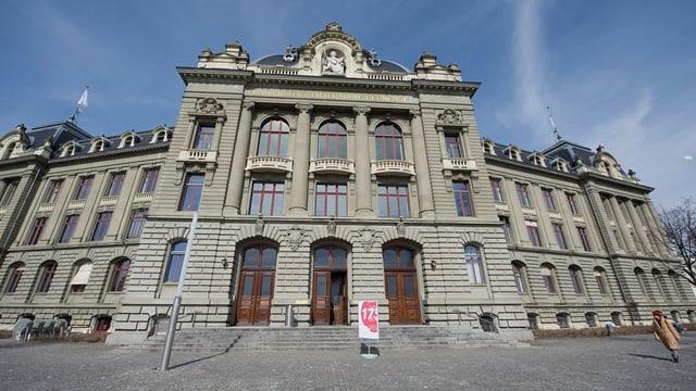 Das Hauptgebäude der Universität von vorne.