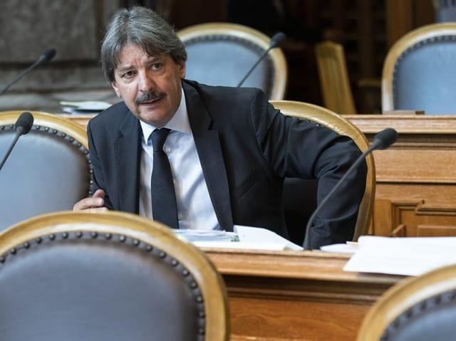 Paul Rechsteiner sitzt im Ständeratssaal.