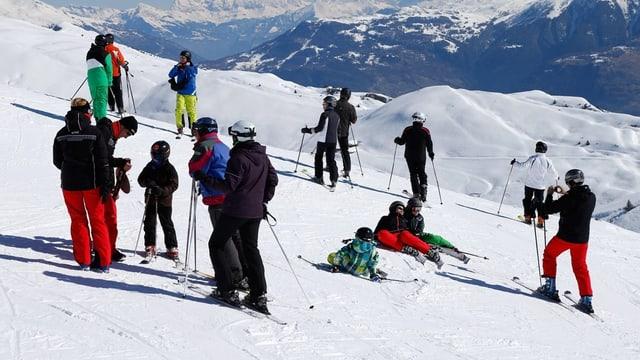 Skifahrer auf einer Piste.