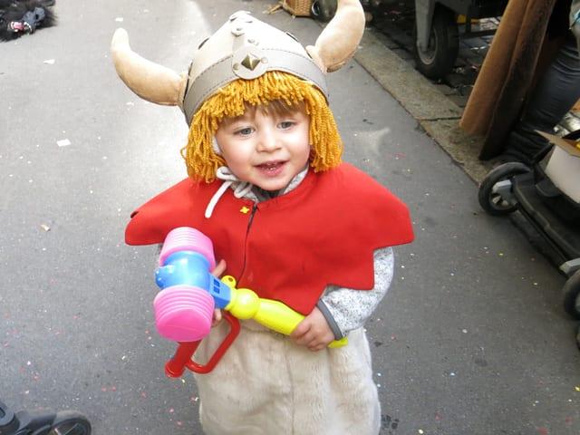 Kleines Kind als Wikinger verkleidet an der Luzerner Fasnacht.