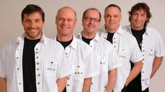 Die fünf Musiker schräg hintereinander in einer Reihe mit schwarzen T-Shirts und weissen Hemden.
