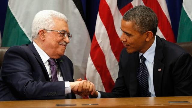 Barack Obama und Mahmud Abbas geben sich die Hand.