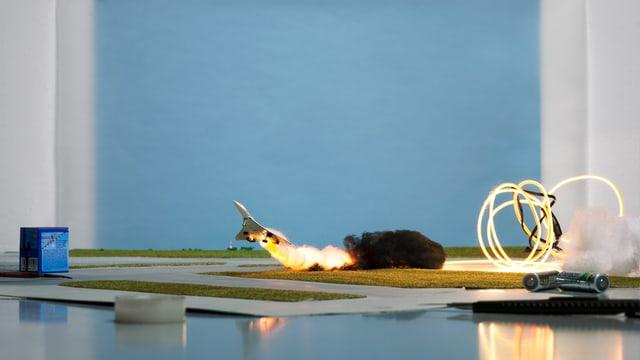 Kunstinstallation: Ein Flugzeug landet am Boden.