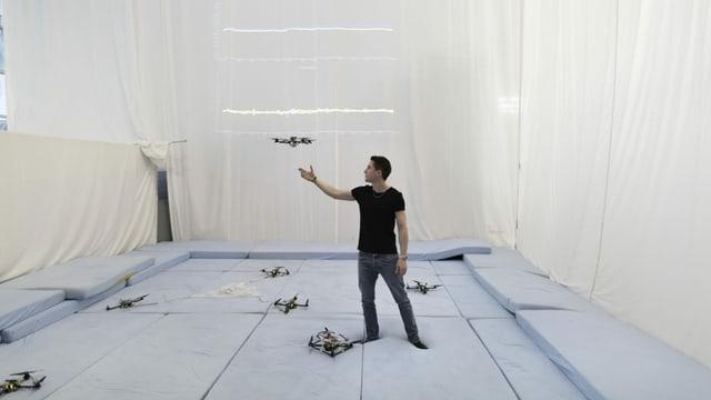 Studierender erfoscht Drohnen in einem turnhallenähnlichem Raum der ETH