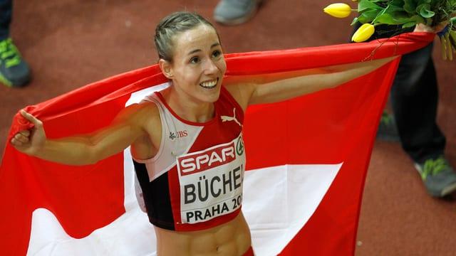 Selina Büchel cun la bandiera svizra