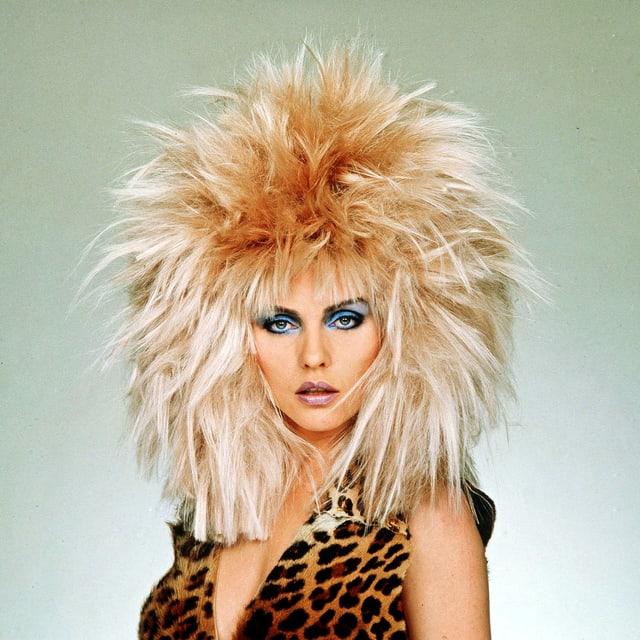 Junge Debbie Harry mit wilder, blonder Perrücke.