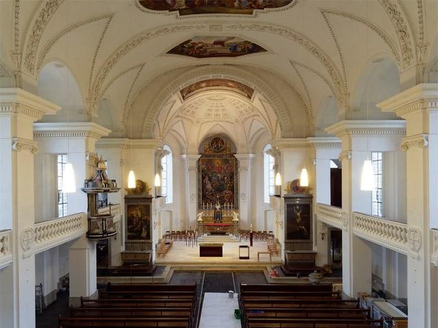Altarraum in Kirche. Kirchenbänke.