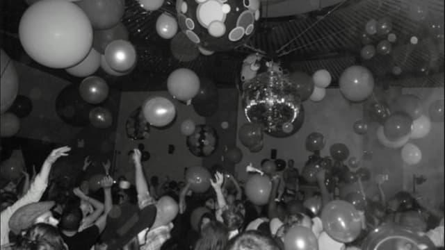 Menschen tanzen in «The Loft». An der Decke hat es Ballons.