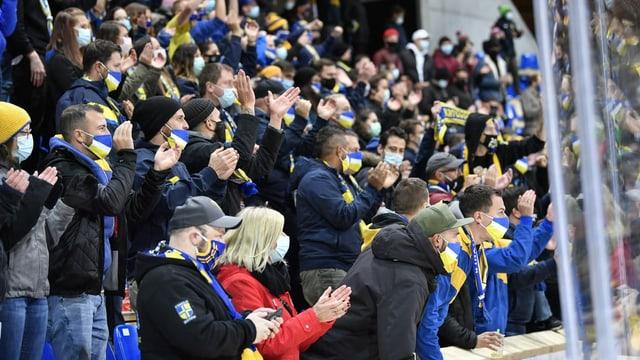 Fans da hockey cun mascra.