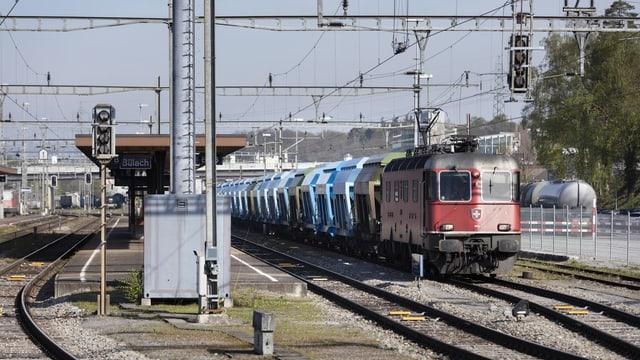 Ein Güterzug im Bahnhof Bülach: Auf der Strecke Bülach-Hardbrücke haben Personenzüge Vorrang.