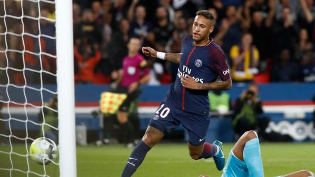 Neymar im Dress von PSG dreht zum Jubeln ab.