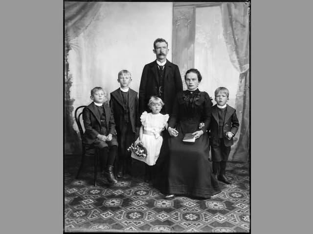 Bild einer Familie von vor 100 Jahren