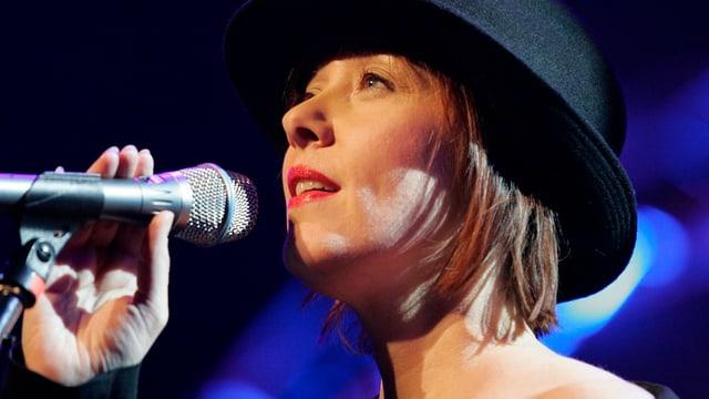 Sängerin Suzanne Vega vor dem Mikrofon.