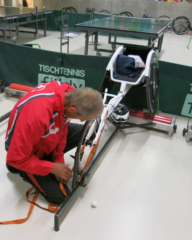 Odermatt bereitet den Rollstuhl von Andrin für das Innentraining vor.
