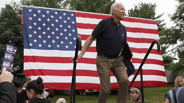 Joe Biden vor US-amerikanischer Flagge