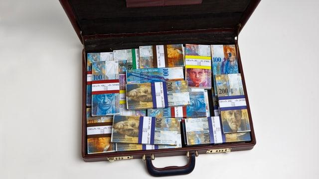 Aktenkoffer gefüllt mit Banknoten.