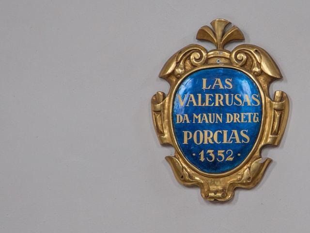 Inscripziun en la baselgia. «Las valerusas da maun dretg Porclas 1352»
