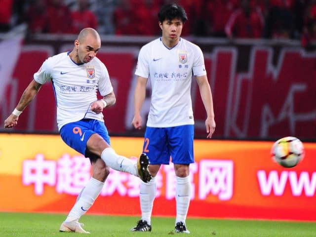 Diego Tardelli (links) schiesst aufs Tor