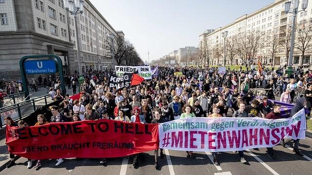 Eine Menschenmenge protestiert in Berlin.