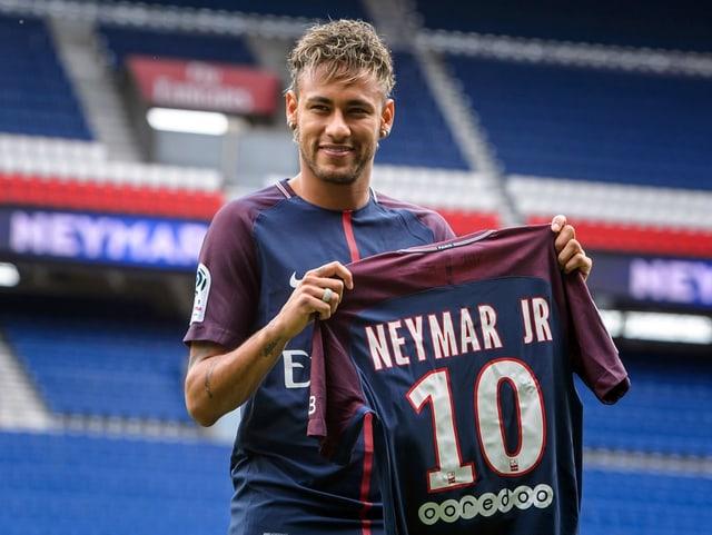 Neymar mit PSG-Trikot in der Hand