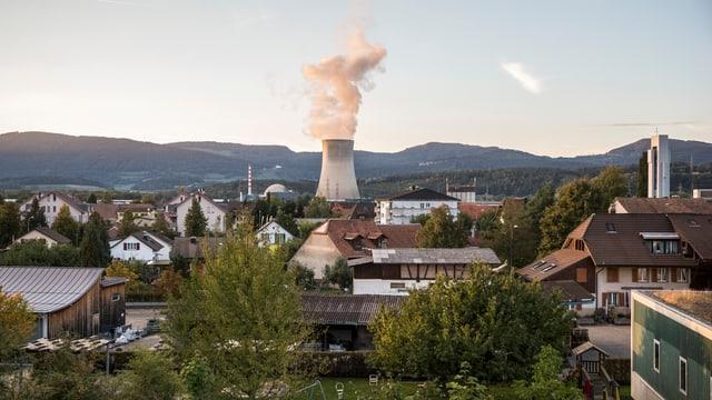 Dampf stösst aus dem Kühlturm des AKW Gösgen.