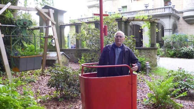 Ausstellungsmacher Robert Ganz in der historischen Steh-Kabine der Moléson-Bahn.
