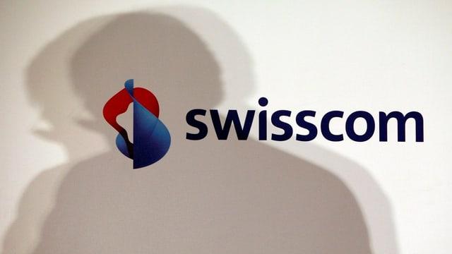 Ein Schatten, der sich über ein Swisscom-Logo legt