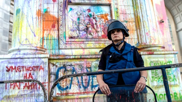 Ein Farb-beschmiertes Denkmal in Skopje