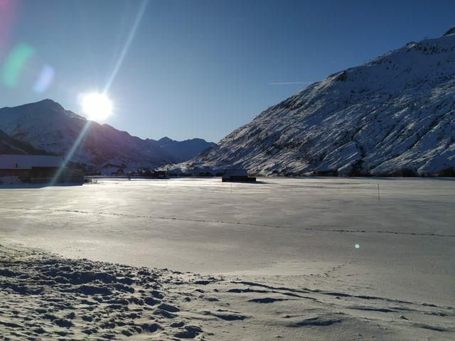 Sonniges Schneefeld in Andermatt