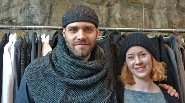 Sandro Marzo und Barbara Furer vor einem Kleiderständer.