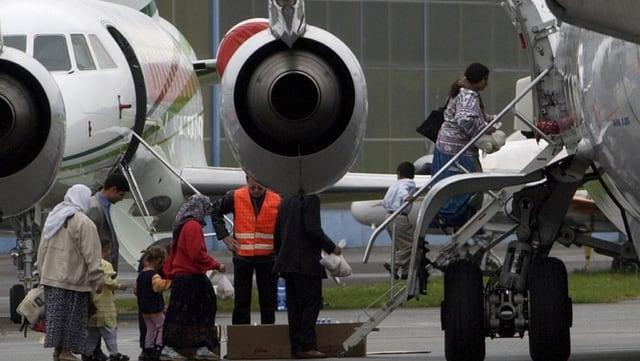 Ein Flugzeug und Leute