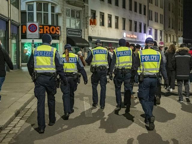 Mehrere Polizistinnen und Polizisten