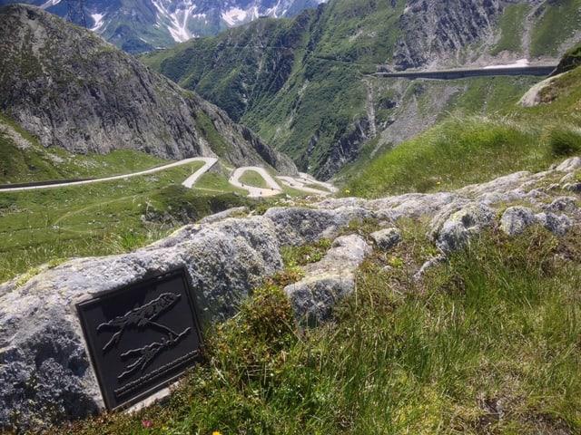 Metallplakette mit Goethes Skizze vom «Scheideblick nach Italien» auf dem Gotthardpass