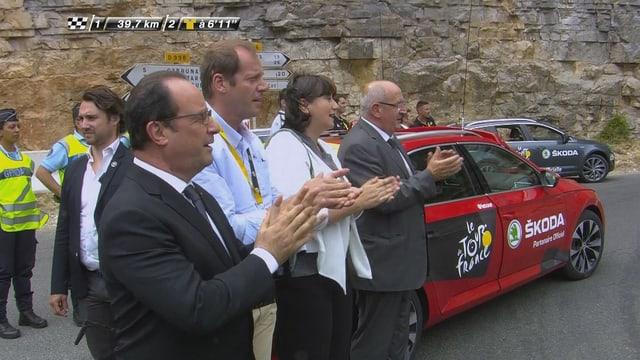 Hollande feuert mit Prudhomme die Fahrer an.