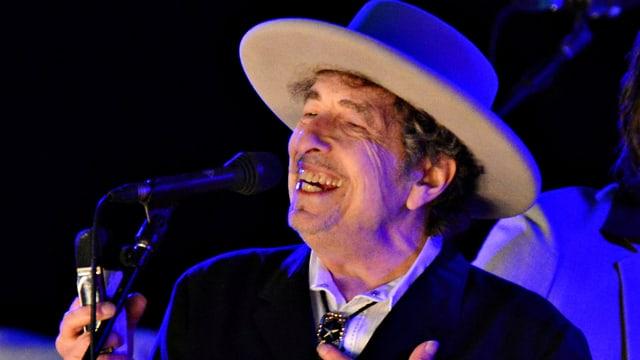 Bob Dylan mit Hut an einem Konzuert 2012
