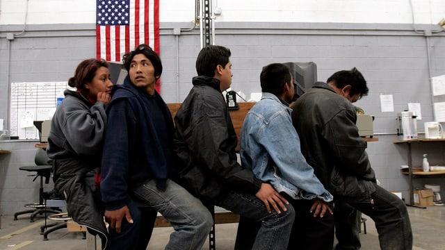 Bei der illegalen Einreise verhaftete Flüchtlinge aus Mexiko warten in einer Haftanstalt des US-Grenzschutzes auf ihre Einvernahme.