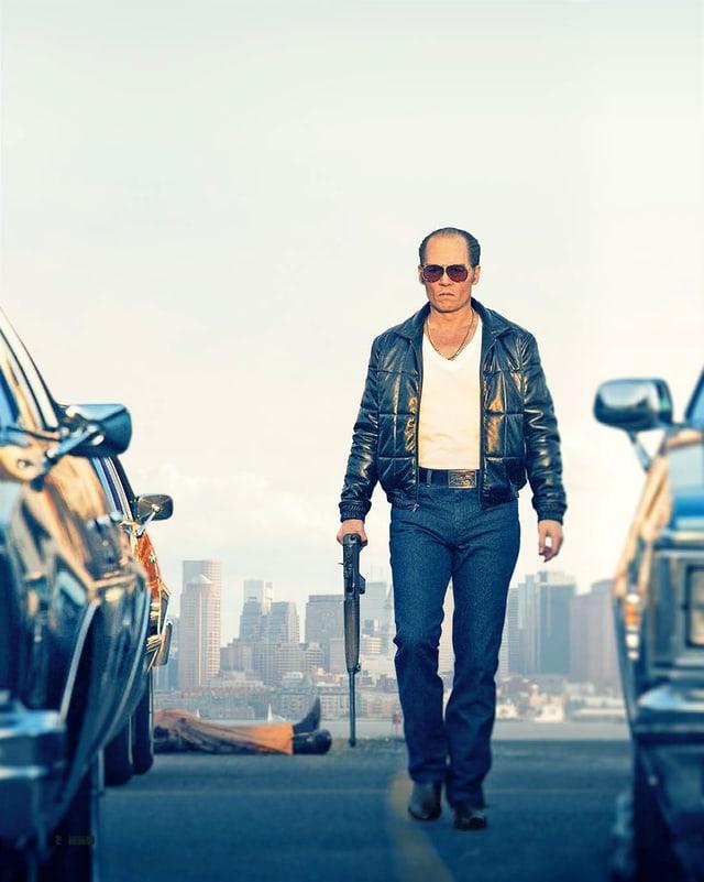 Ein Mann mit Sonnenbrille und Kanone in der Hand läuft von einem Mord davon.
