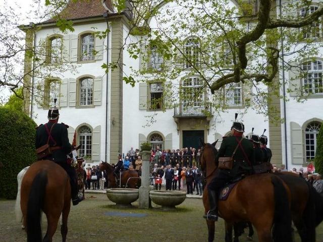 Die Kavallerie-Bereitermusik spielt vor dem Schloss Jegenstorf auf.