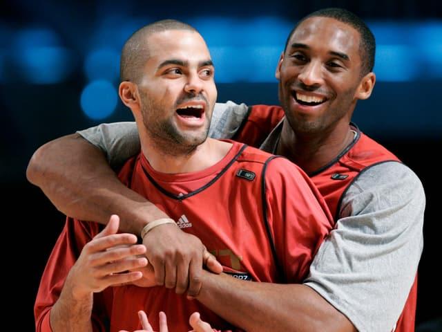 Tony Parker und Kobe Bryant herzen sich vor 13 Jahren im Training.