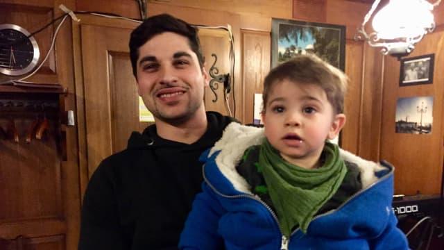 Adriano, der Sohn des Wirtepaars, mit seinem kleinen Kind.