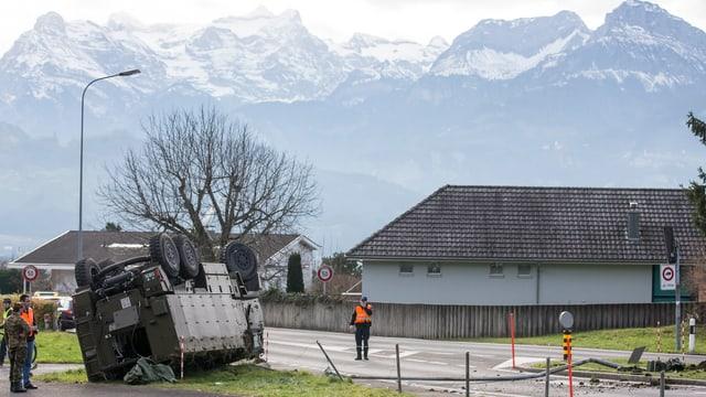 Fahrzeug auf dem Dach liegend